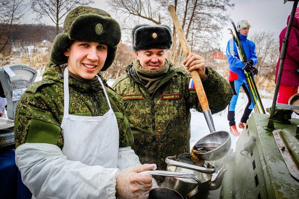 А подкреплялись кашей с полевой кухни!