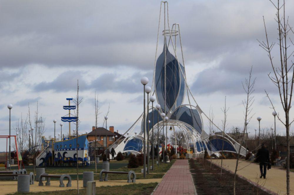 Архитектурная композиция «Сфера любви» занимает центральное место набережной станицы Романовской.