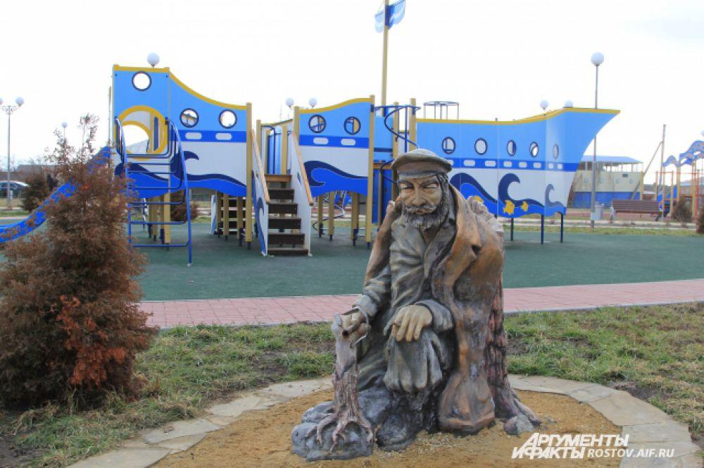 Дед Щукарь ловит рыбу. Набережная наполнена сказочными персонажами, а также героями произведений донского писателя Михаила Шолохова. Вдалеке – горка-корабль для детей. Территория развивается как парк отдыха.
