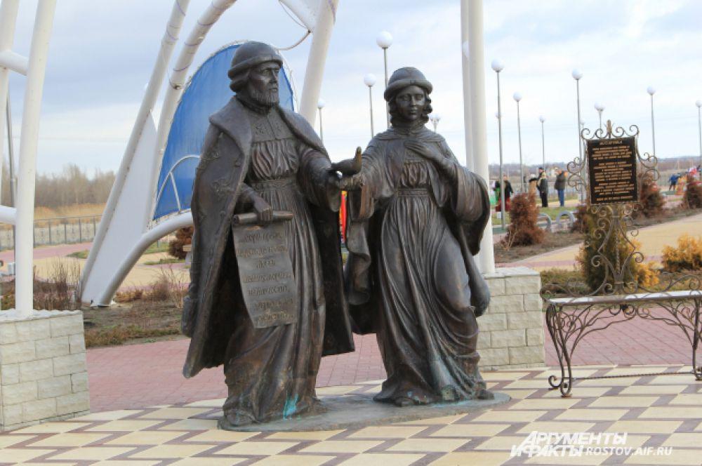Скульптурная композиция Петра и Февронии, памятник святым покровителям семьи и брака, находится в центре Сферы любви.