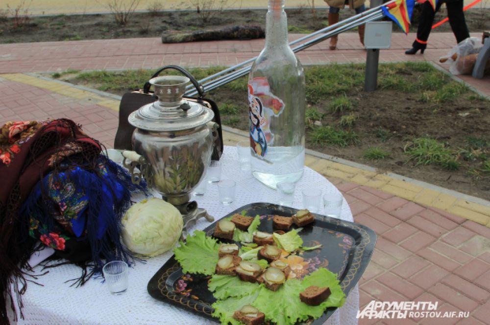 Гостей встречают донской «горилкой» и бутербродами с салом, а капуста нужна, чтобы принимать в казаки!
