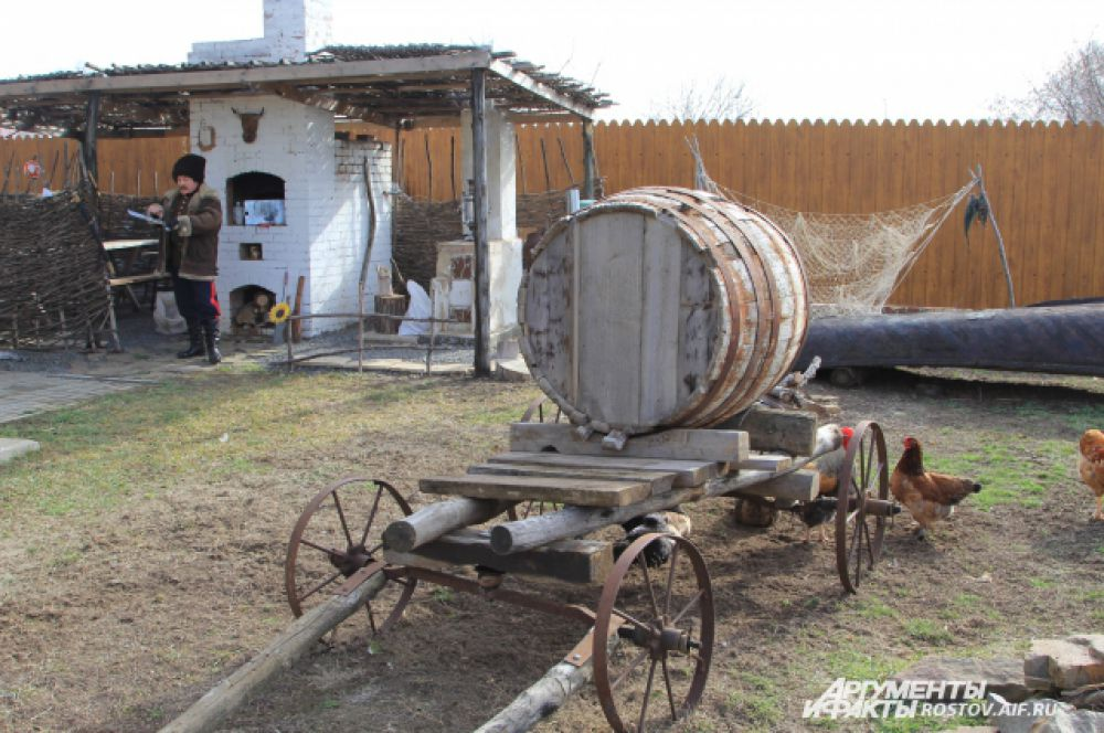 Во дворе музея живут куры, а картошку готовят в русской печи на дровах.