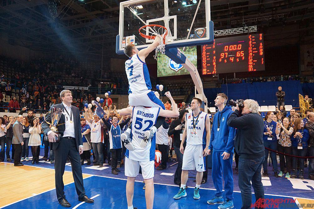 Пермские футболисты отрезали сетку на баскетбольном кольце - на память!