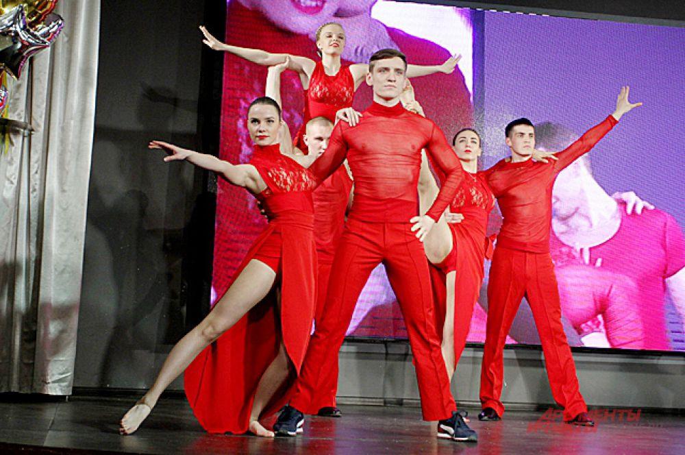 В конце конкурса было самое эффектное испытание - танец с партнёршей.