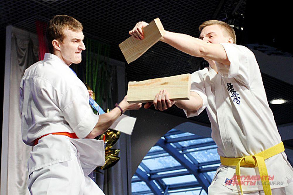 Другие демонстрировали силу в боевых искусствах.