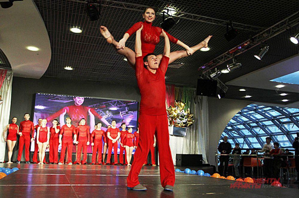 И без силы не обошлось, с партнёршами они показывали настоящие акробатические номера.
