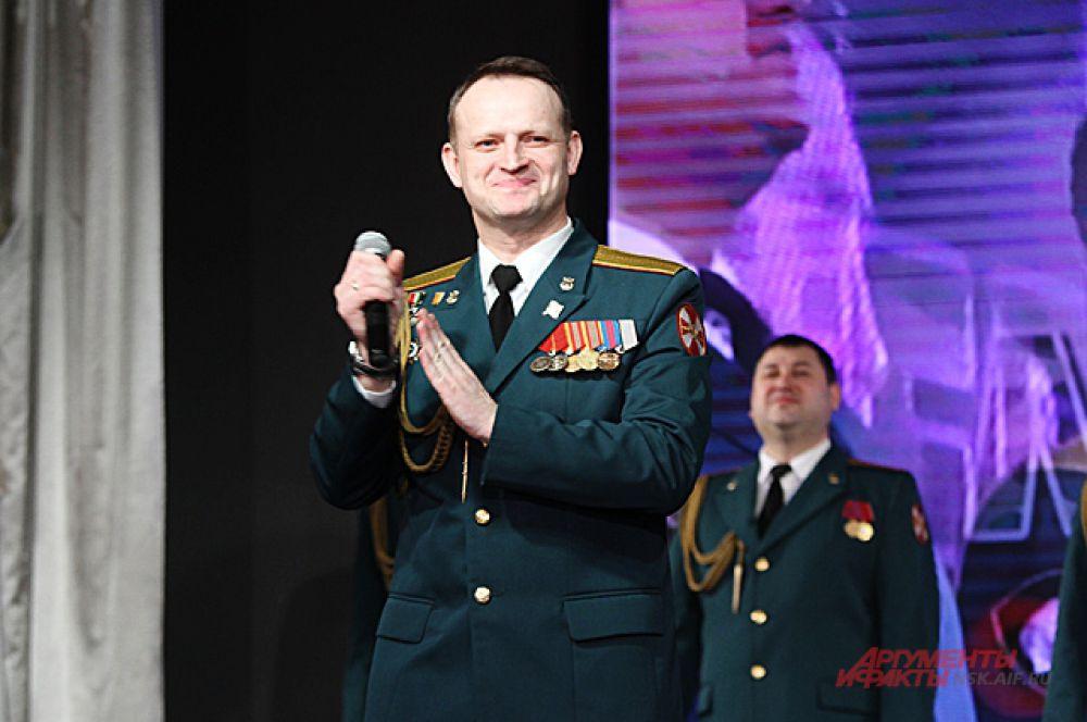 Особенно тех, которые ещё и прекрасно поют. Военный ансамбль задавал настроение зрителям.