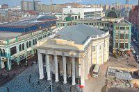 Павильон станции метро «Новослободская», не облепленный ларьками, похож на пантеон.