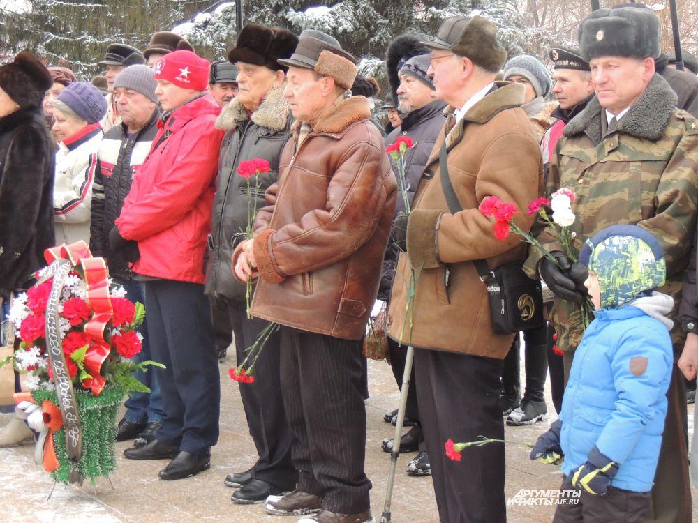 На праздник офицеры пришли со своими детьми и внуками.