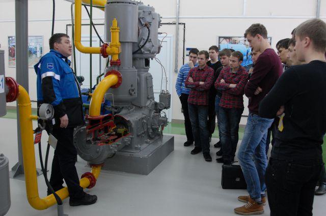 Один из образовательных моментов: студенты на учебном полигоне завода.