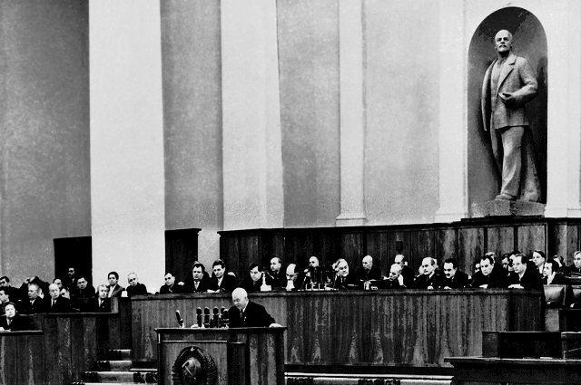 Никита Хрущёв выступает на ХХ съезде КПСС.