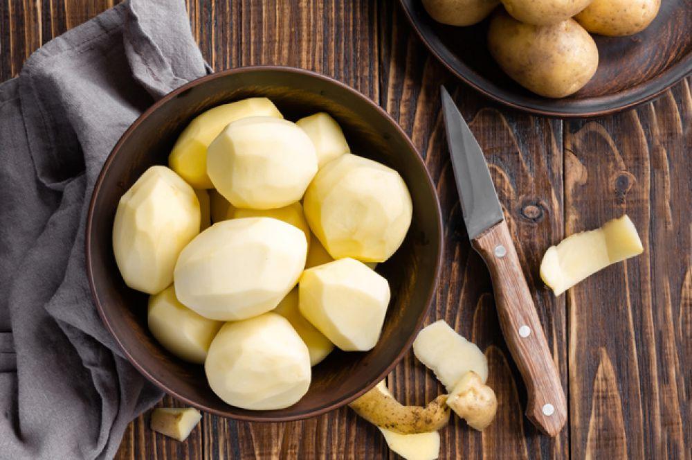 Картофель рекомендуют обязательно чистить, ведь радиоактивные вещества сосредотачиваются прямо под кожицей.