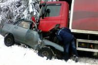 Легковушка зацепила боком встречный грузовик