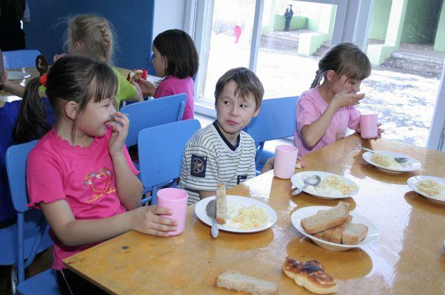 Школьный обед нередко остается на тарелках