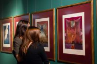 Посетители на выставке «Рапсодия страсти» в Сургуте