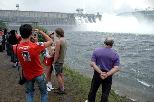 Сброс воды на Красноярской ГЭС.