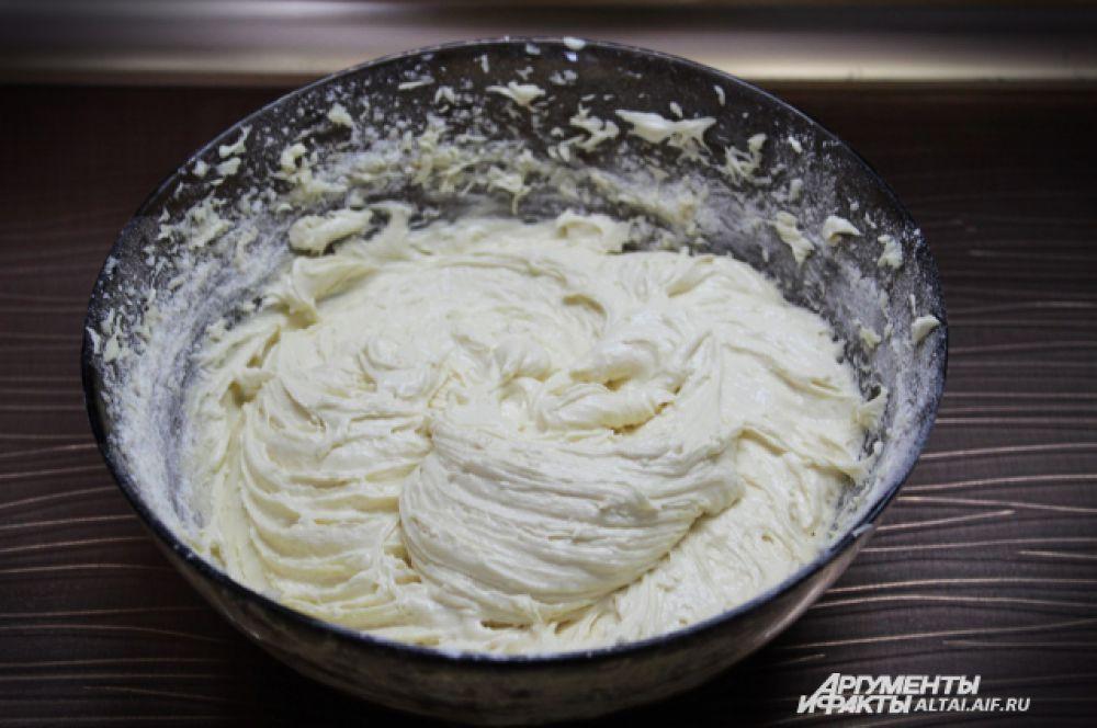 . Должно получиться вот такое не слишком крутое тесто. Разогреваем духовку до 180 градусов.