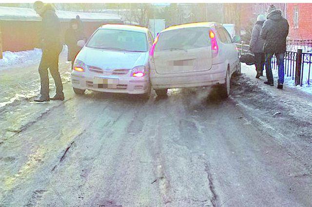 На обледенелой дороге избежать аварии крайне сложно