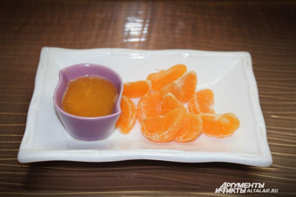 Начнем с мандаринов: моем, чистим. Один мандарин делим на дольки (если есть косточки – убираем), а из второго выжимаем сок (нужно примерно 50-70 мл. сока)