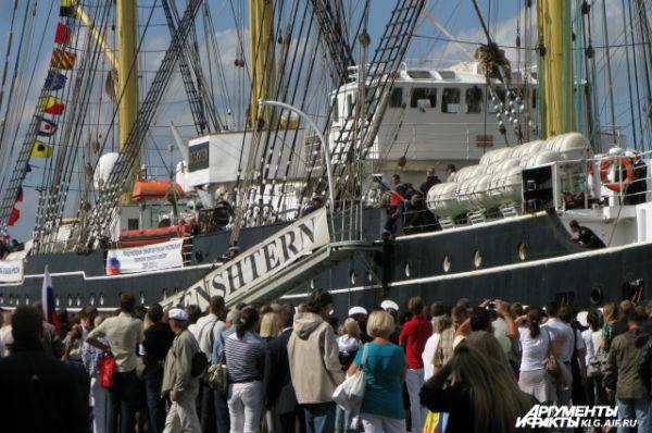 Тысячи человек в портах разных стран мира поднимаются на борт «Крузенштерна».
