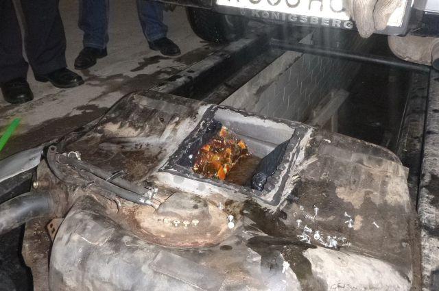 Опытный таможенный инспектор, простукивая машину, услышал характерный звук и предположил, что кроме бензина там могут находиться посторонние вложения.