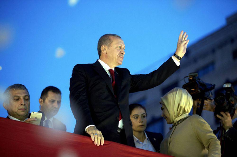 Президент Турции Реджеп Тайип Эрдоган и его жена Эмине Эрдоган приветствуют публику во время своего прибытия в Брюссель, Бельгия, 05 октября 2015.