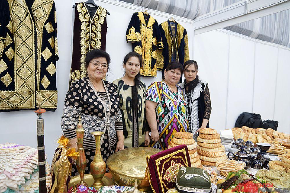 Посетители могут купить халяльные продукты питания, одежду, обувь и головные уборы, ювелирные изделия и бижутерию, парфюмерию и косметику.