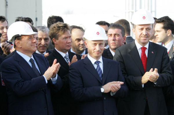 Премьер-министр Италии Сильвио Берлускони, президент РФ Владимир Путин и премьер-министр Турции Реджеп Тайип Эрдоган во время зажжения символического факела на официальном открытии трансчерноморского газопровода «Голубой поток», 2005.