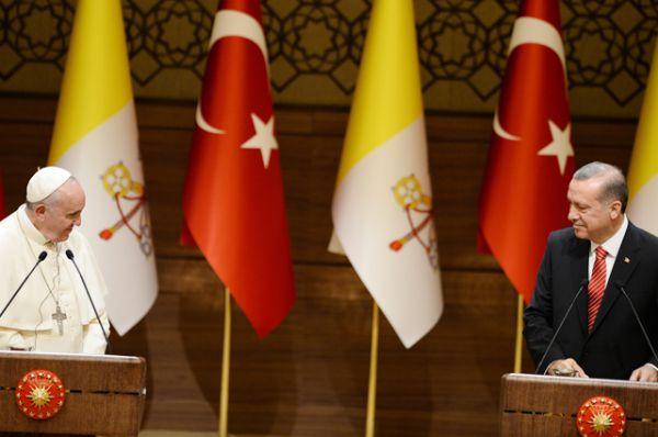 Президент Турции Реджеп Эрдоган слушает речь Папы Франциска в президентском дворце в Анкаре, 28 ноября 2014.