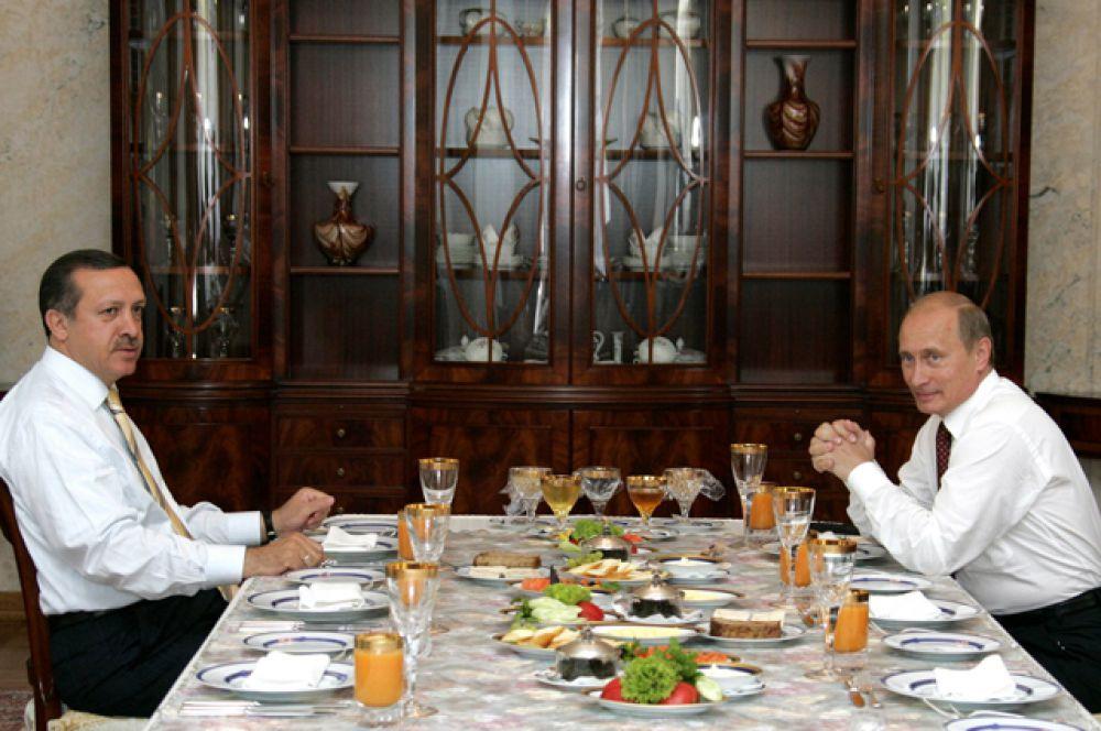 Президент РФ Владимир Путин и премьер-министр Турции Реджеп Тайип Эрдоган во время рабочего завтрака в резиденции «Бочаров ручей» в Сочи, 2005.