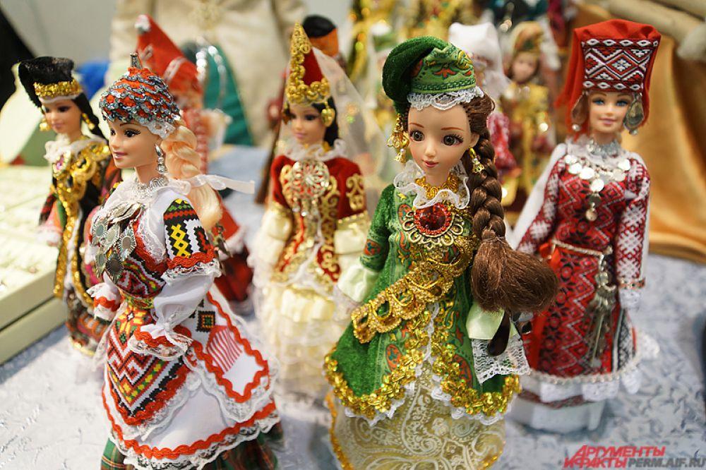 Казанские мастера представили пермякам куклы в национальных костюмах.
