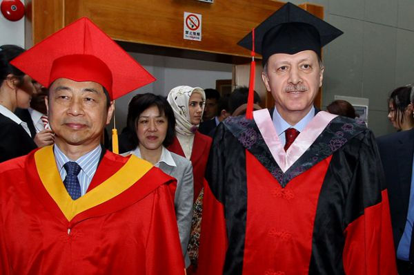 Премьер-министр Турции Реджеп Тайип Эрдоган получает почетную степень доктора в Шанхайском университете иностранных языков, 2012.