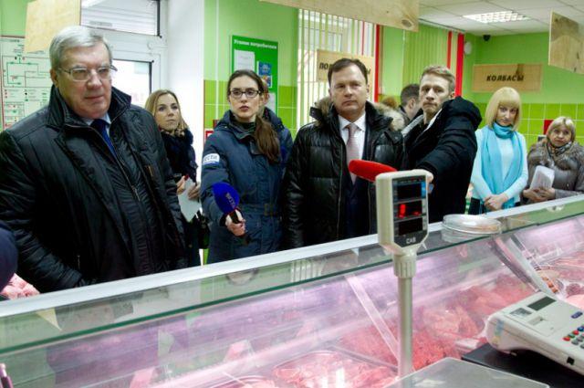 Виктор Толоконский в мясном магазине.