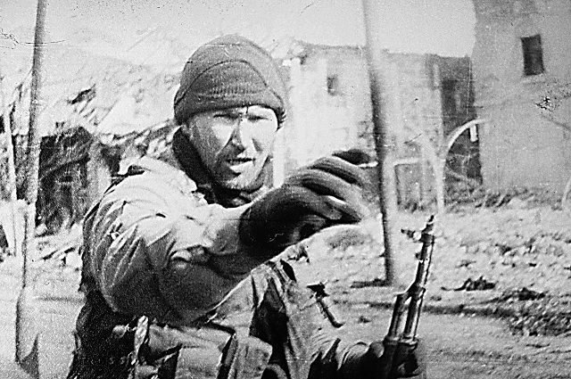 Одна из редких фотографий «Чукчи-снайпера» в Грозном.