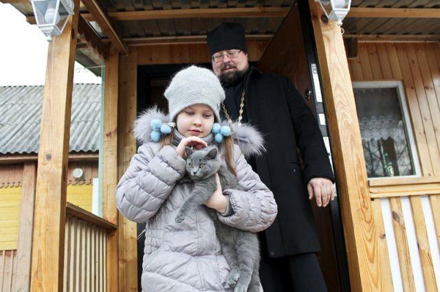 Оля с папой и котенком Мурзиком.
