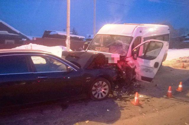 Выбраться пострадавшим пассажирам из маршрутки помог полицейский