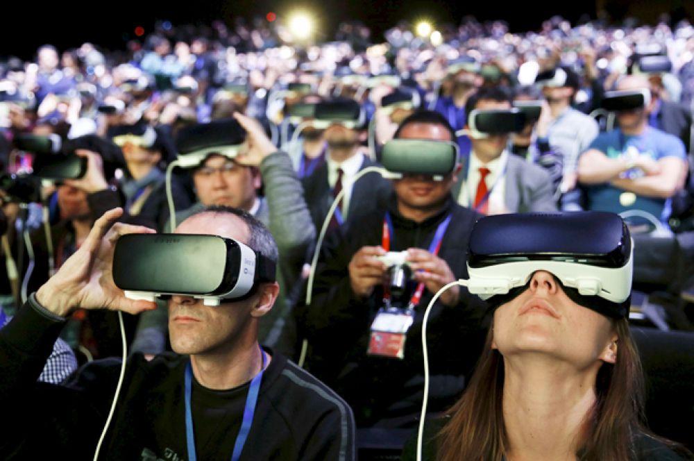 Презентацию новинок зрители смотрели с помощью устройств виртуальной реальности Samsung Gear VR.