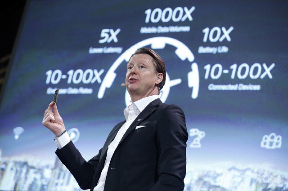 Президент компании Ericsson Ганс Вестберг демонстрирует новый чип 5G.