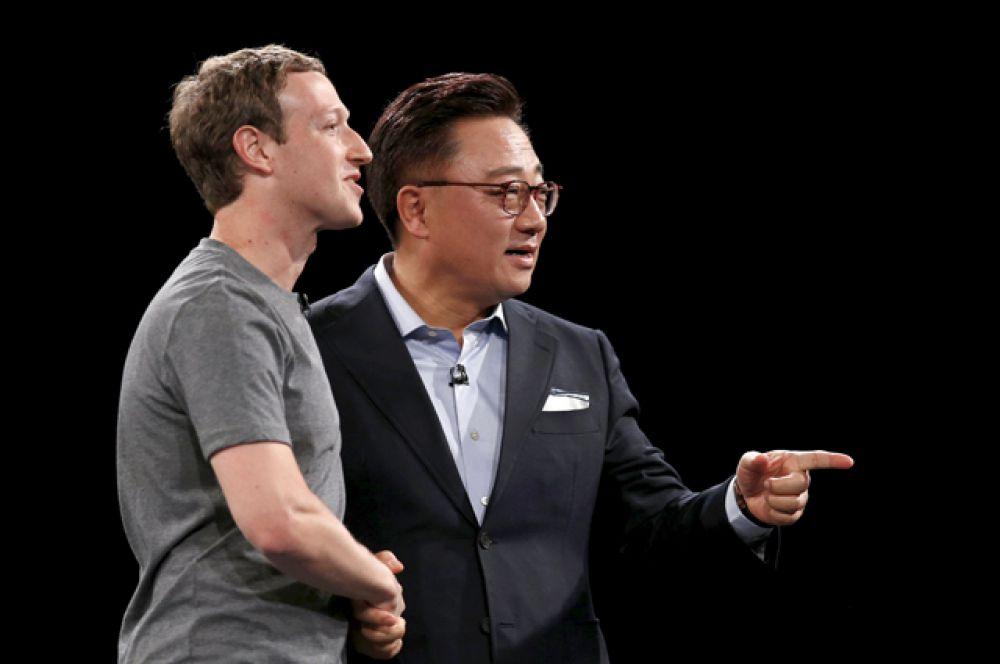 Основатель Facebook Марк Цукерберг и глава мобильного подразделения Samsung Electronics Донг Джин Кох.