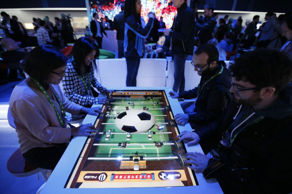 На стенде Intel можно было поиграть в настольный футбол на виртуальном экране.