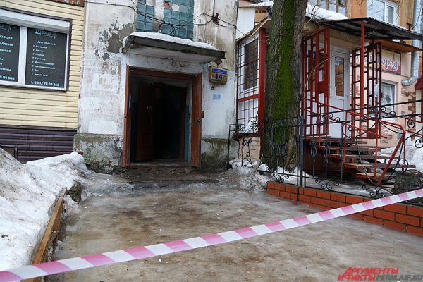 В пятницу, 26 февраля, жители старого здания по адресу Петропавловская, 14, сообщили, что в их доме начала трескаться стена.