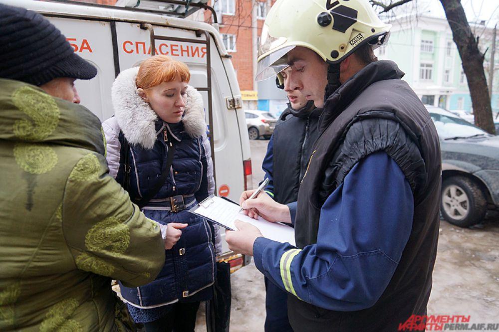 Чиновники и управляющая компания «Актив», обслуживающая дом, уже приступили к работе с жителями.