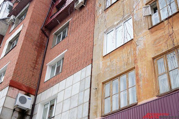 Другая версия – построенное впритык к пятиэтажке новое здание. Как пояснили жильцы, мол, при возведении строители криво забили сваи.
