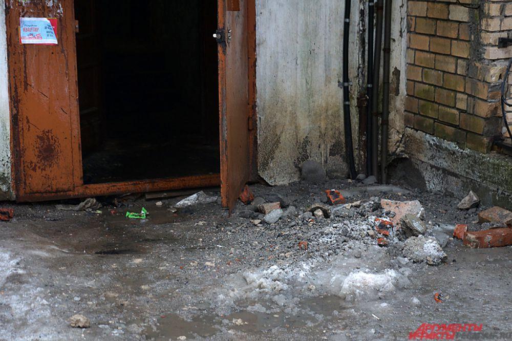 А у входа можно заметить следы кирпичей, упавших с крыши.
