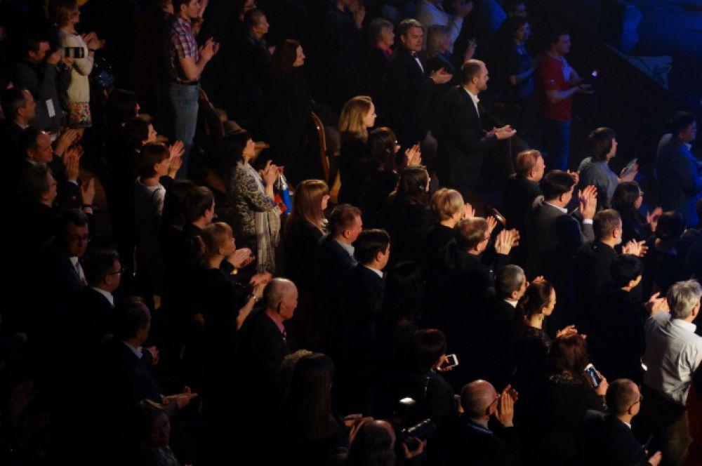 Зрители стоя приветствуют Аллу Демидову.