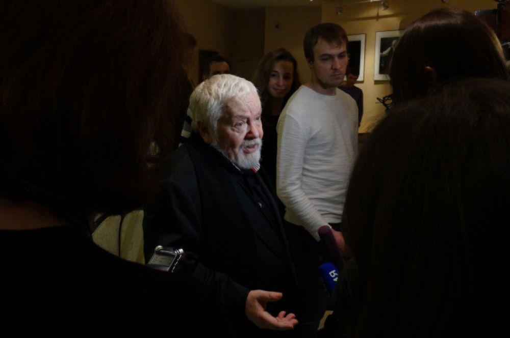 Сергей Соловьев раздает интервью после церемонии открытия.