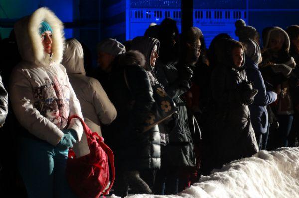 Жители Ханты-Мансийска вдоль звёздной дорожки.