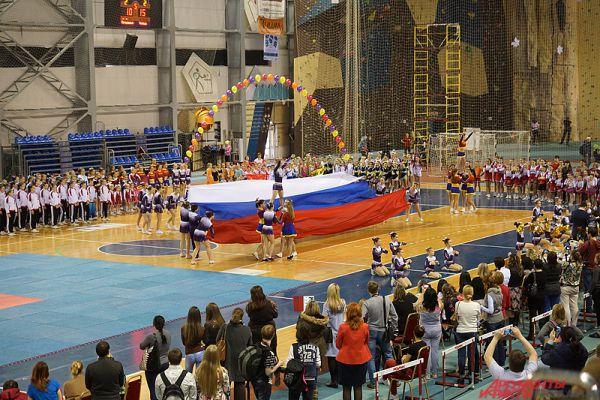 На параде участников был развёрнут флаг России.