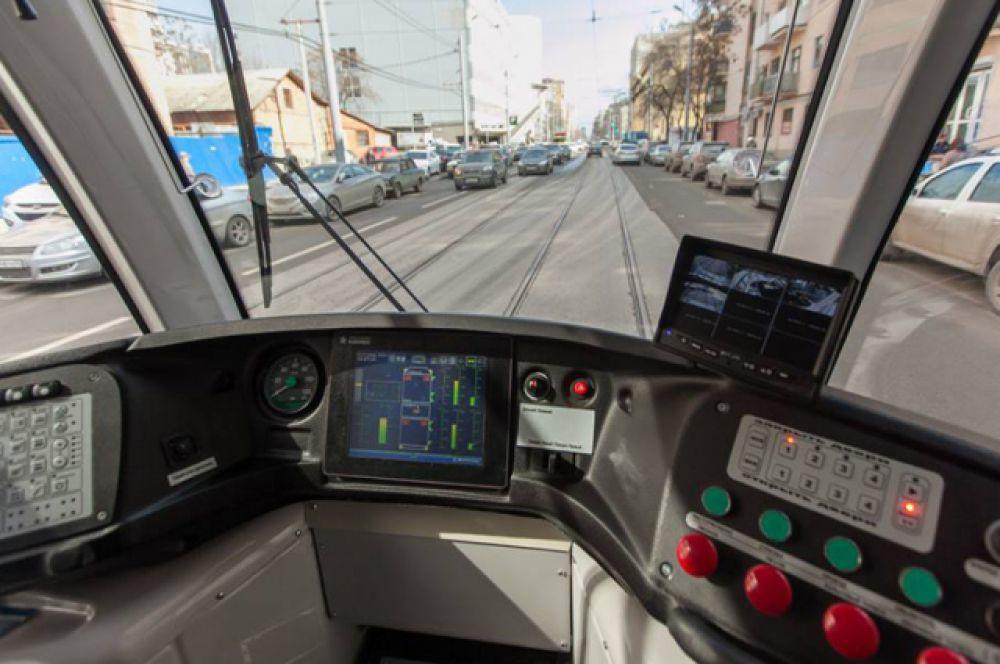Такие низкопольные вагоны на электрическом ходу могут перевозить до 170-ти пассажиров.