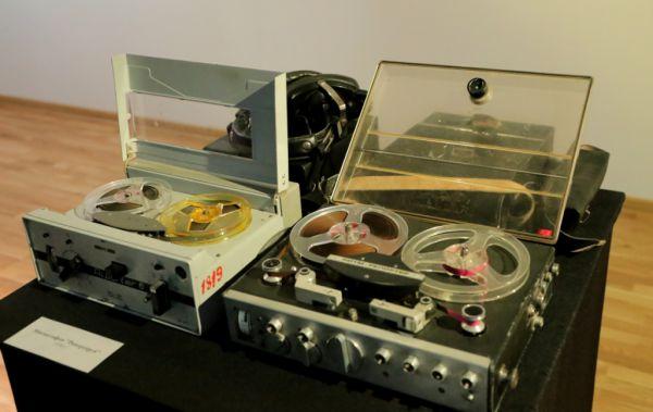 На выставке представлены звукозаписывающие устройства различных лет.